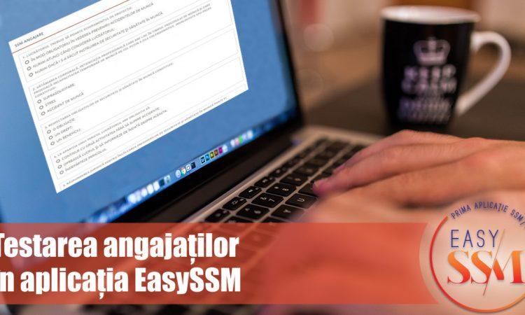 Persoana la laptop,pe ecranul laptopului apare testare sub forma de bifare. Langa laptop este o cana. Peste imagine un baner pe care scrie Țtestarea angajaților în aplicația EasySSM. Logo în partea dreapta jos.